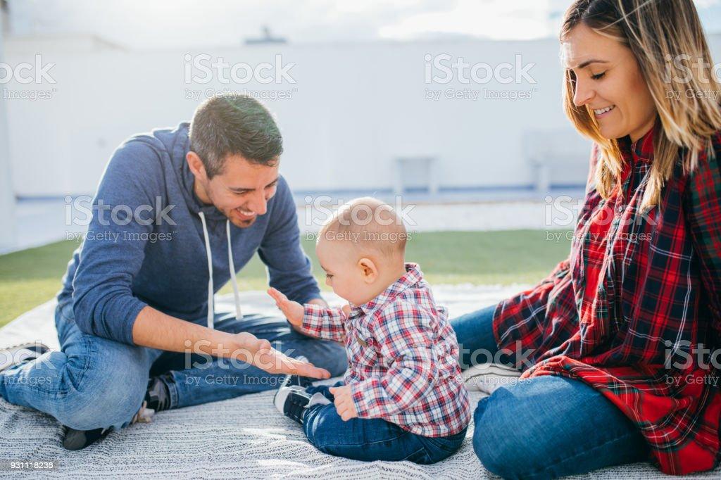 mutlu aile anne ve baba bir bebekle evde oynarken - Royalty-free Adamlar Stok görsel