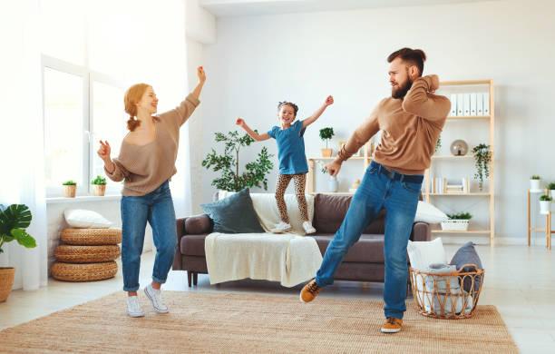 Glückliche Mutter der Familie Vater und Kind Tochter zu Hause tanzen – Foto