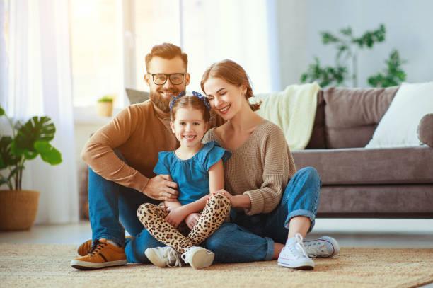 Glückliche Familienmutter Vater und Kinder-Tochter lachen zu Hause – Foto