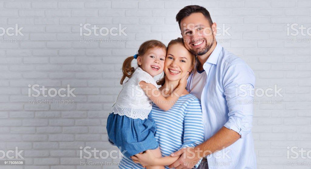 glückliche Familie Mutter Vater und Kind in der Nähe von einer leeren Wand – Foto