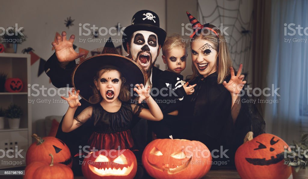 padre de la feliz madre de familia y niños en disfraces y maquillaje de Halloween - foto de stock