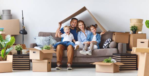 glückliche Familie Mutter Vater und Kinder in neue Wohnung ziehen und entpacken Sie Felder – Foto