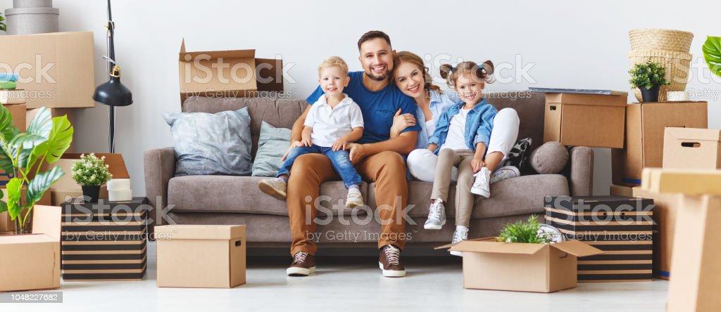 niños y padre de la feliz madre de familia pasar a nuevo apartamento y Desempaque de cajas foto de stock libre de derechos