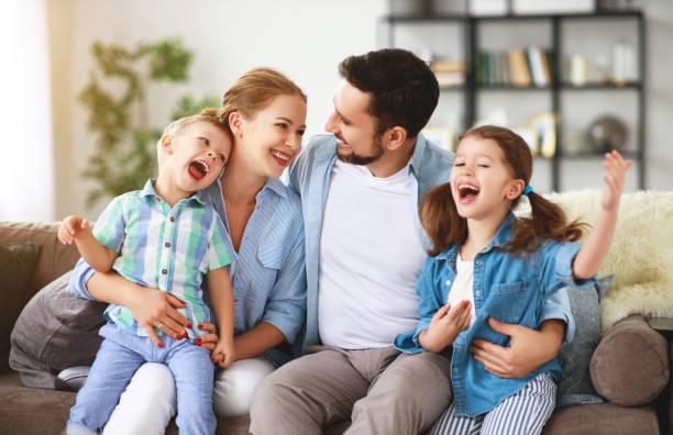 Glückliche Familienmutter Vater und Kinder zu Hause auf der Couch – Foto