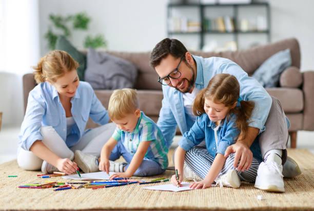 Glückliche Familienmutter Vater und Kinder ziehen sich zu Hause zusammen – Foto