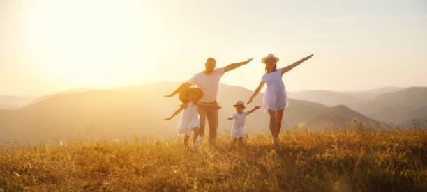 Glückliche Familie: Mutter, Vater, Kinder Sohn und Tochter auf dem Sunset – Foto