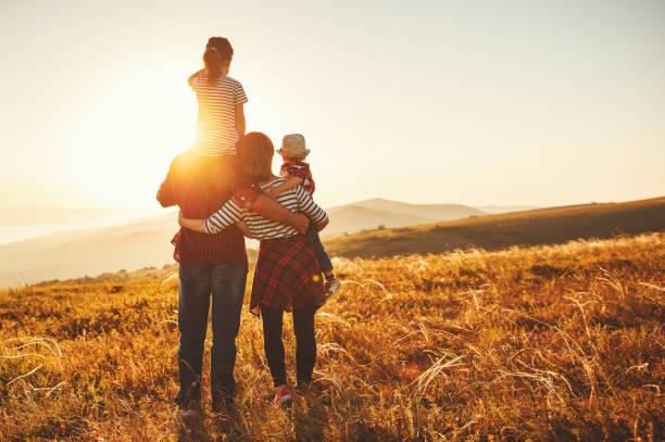 Glückliche Familie: Mutter, Vater, Sohn und Tochter am Sonnenuntergang – Foto