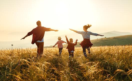 Gelukkige Familie Moeder Vader Kinderen Zoon En Dochter Op Zonsondergang Stockfoto en meer beelden van Broer