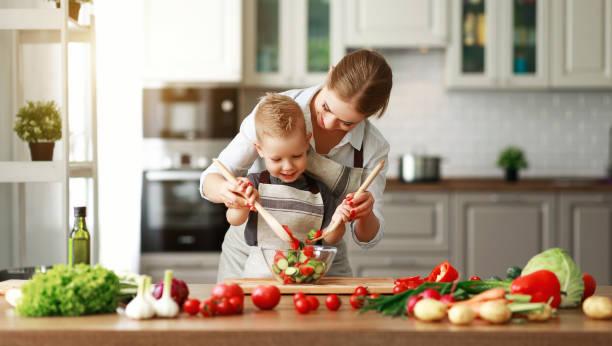 glückliche Familie Mutter mit Kind Sohn Zubereiten Gemüsesalat – Foto