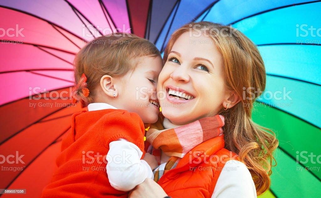 Família feliz Mãe e filha com criança Trata cores do arco-íris - foto de acervo