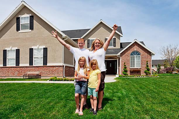 glückliche familie von vier wie zu hause fühlen - jubeln mutter shirts stock-fotos und bilder