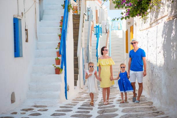 glückliche familie von vier im griechischen dorf - urlaub in griechenland stock-fotos und bilder