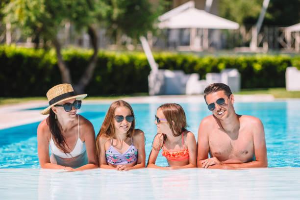 Glückliche Viererfamilie im Freibad – Foto