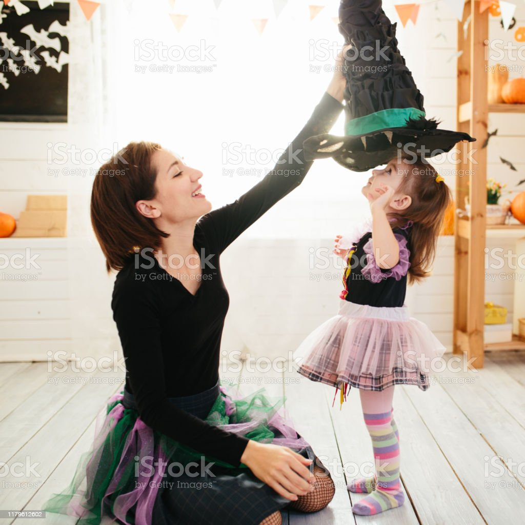 Feliz familia de madre e hijos se preparan para Halloween en decorar el hogar - Foto de stock de Acontecimiento libre de derechos