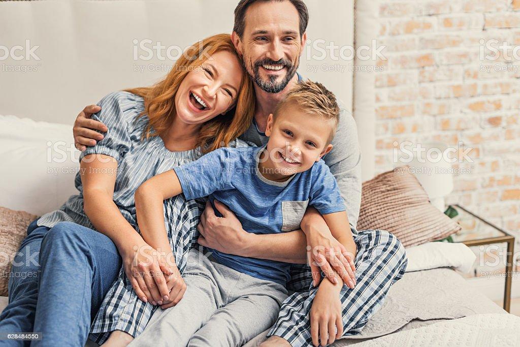 Glückliche Familie von drei wie zu Hause fühlen.   – Foto