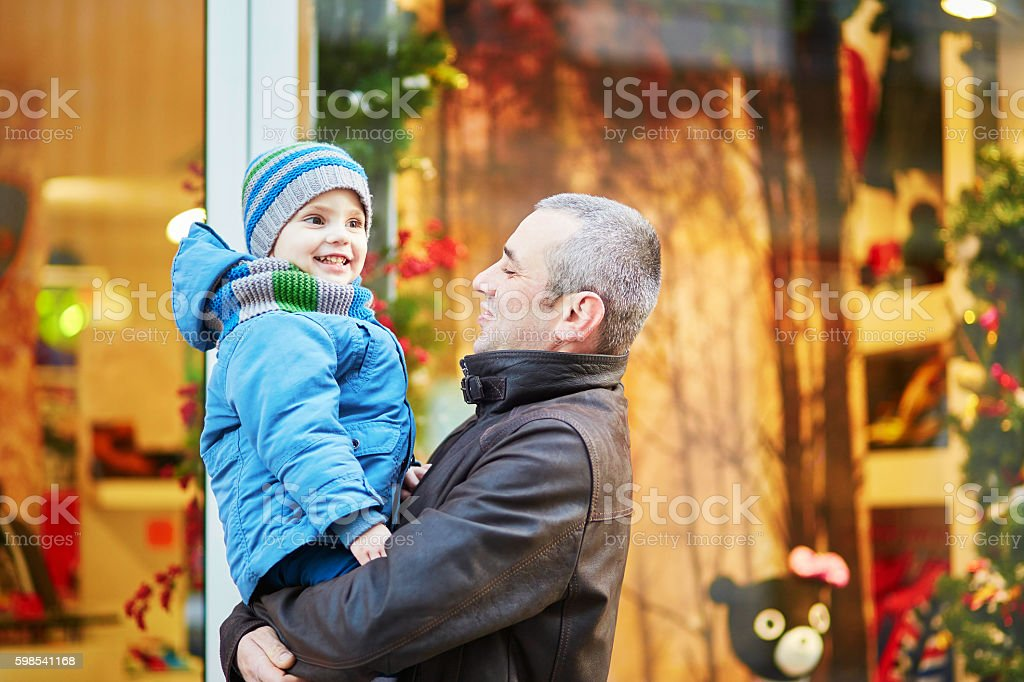 Happy family of two outdoors at Christmas photo libre de droits