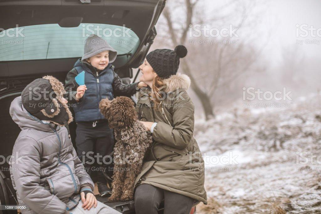 Glückliche Familie an einem Wintertag – Foto