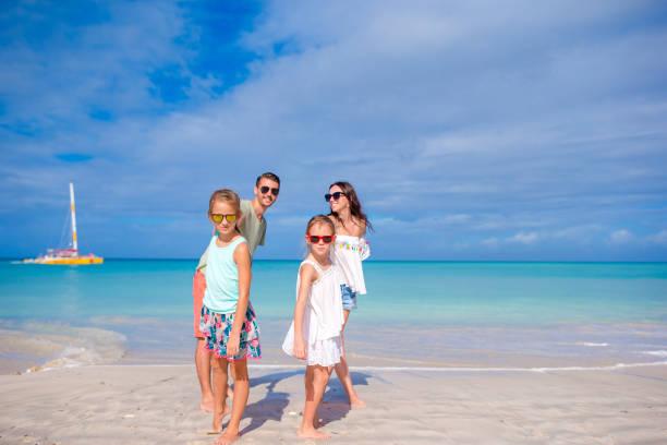 Glückliche Familie am Strand während der Sommerferien – Foto