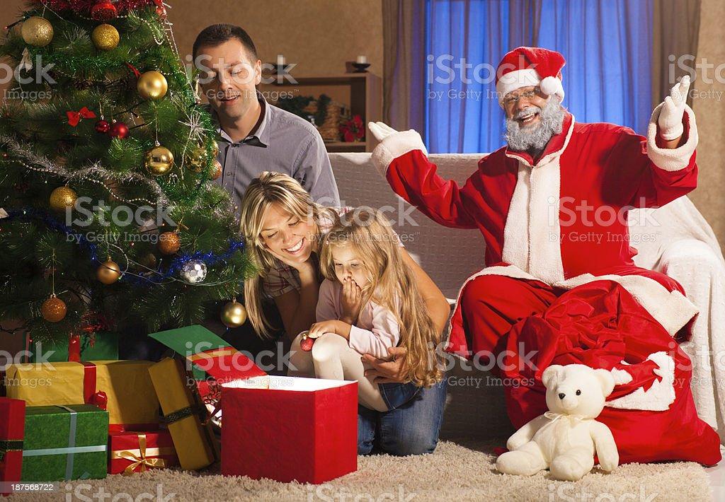 Apertura Regali Di Natale.Felice Famiglia Apertura Regali Sotto Lalbero Di Natale Fotografie Stock E Altre Immagini Di 6 7 Anni Istock