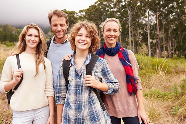 ritratto di famiglia felice all'aperto in un foresta - couple portrait caucasian foto e immagini stock