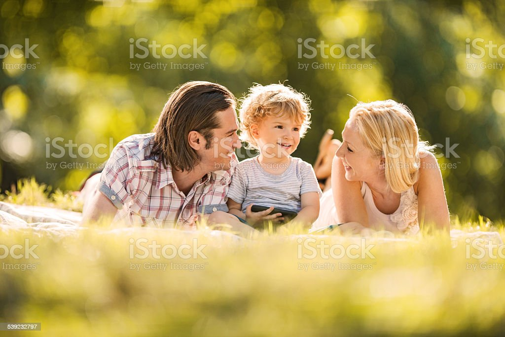 Familia feliz al aire libre. foto de stock libre de derechos