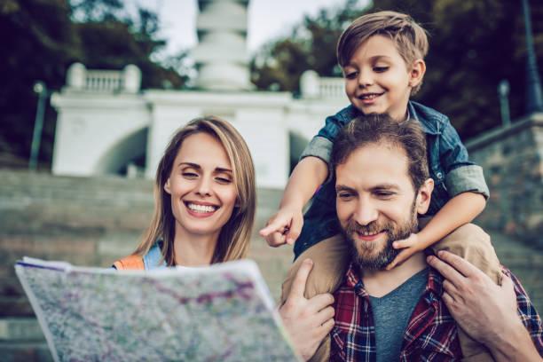 familia feliz al aire libre - viajes familiares fotografías e imágenes de stock