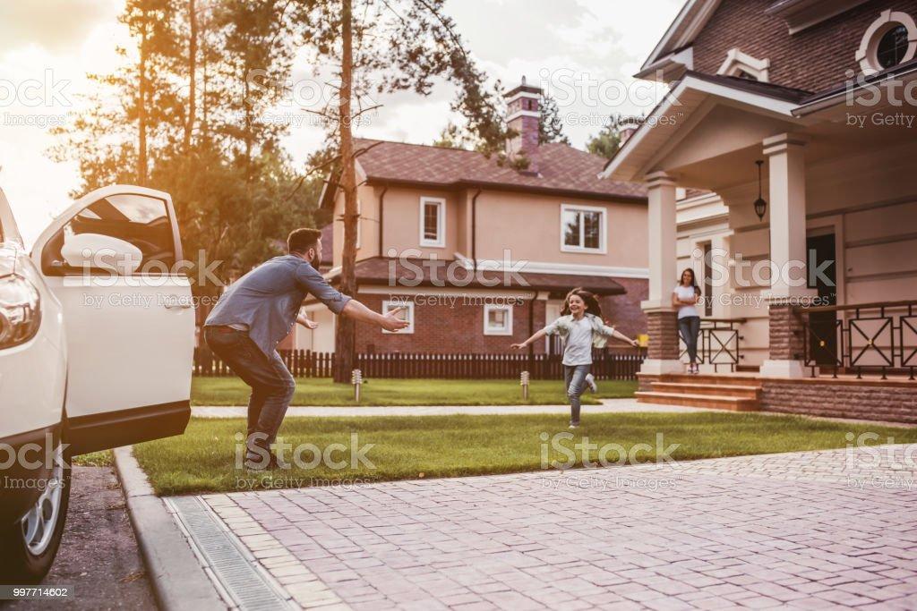Glückliche Familie im Freien – Foto