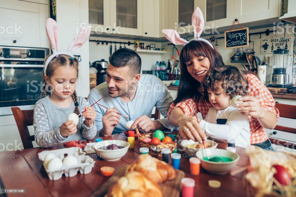 행복 한 가족 그림 부활절 달걀 - 로열티 프리 2-3 살 스톡 사진