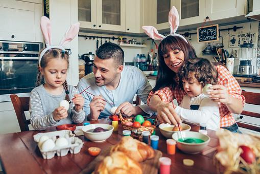 행복 한 가족 그림 부활절 달걀 2-3 살에 대한 스톡 사진 및 기타 이미지