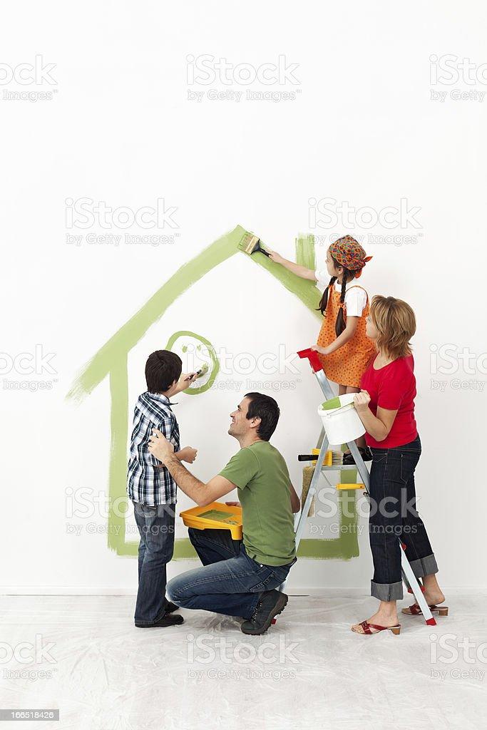 Glückliche Familie malen Ihre Heimat zusammen – Foto