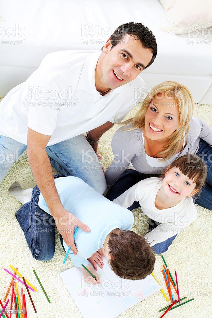 Szczęśliwa rodzina. Rodzice z dziećmi w kolorowe ołówki rysowania. – zdjęcie