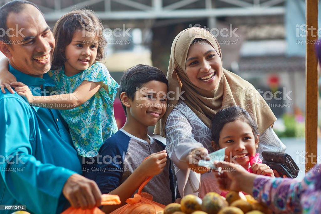 Happy family paying at fruit stall - Royalty-free 10-11 Years Stock Photo