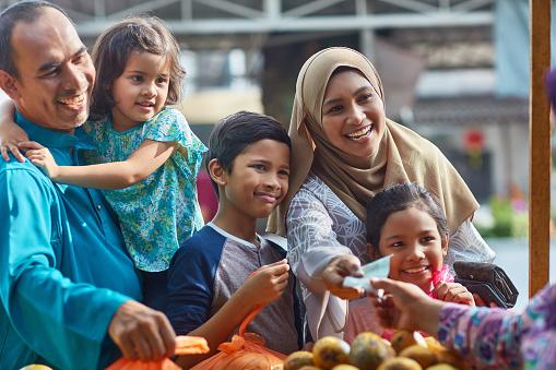 Glückliche Familie Zahlen An Obst Stand Stockfoto und mehr Bilder von 10-11 Jahre