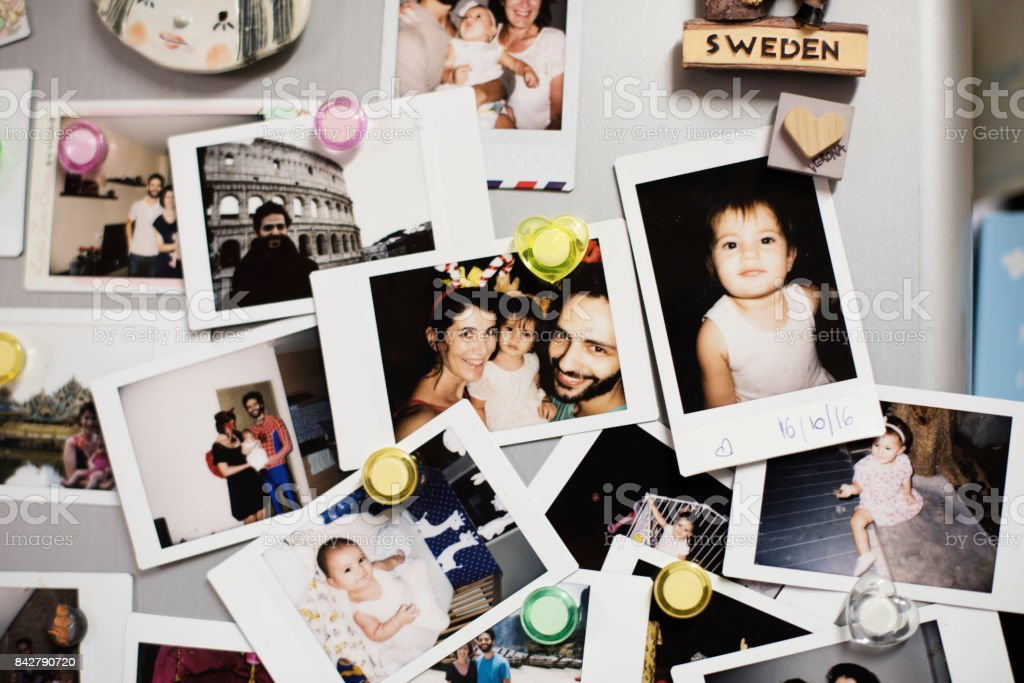 Glückliche Familienfotos auf dem Kühlschrank – Foto