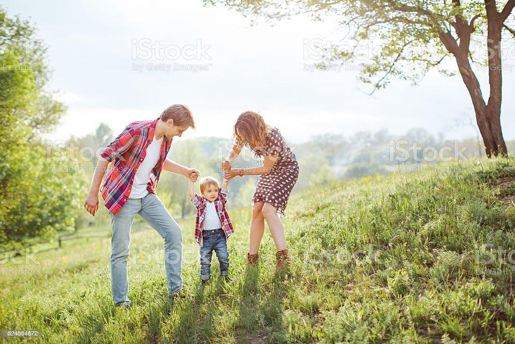 Famille heureuse jouant sur la Nature - Photo