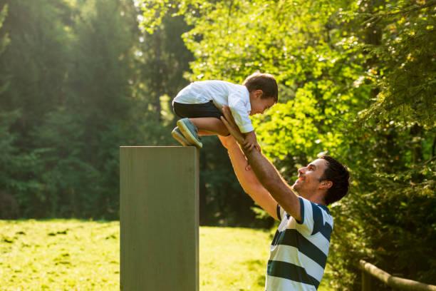 glückliche familie spielt im freien - kemter stock-fotos und bilder