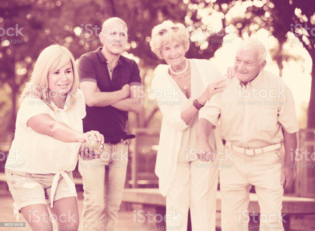 Família feliz jogando petanca no exterior - Foto de stock de Adulto royalty-free