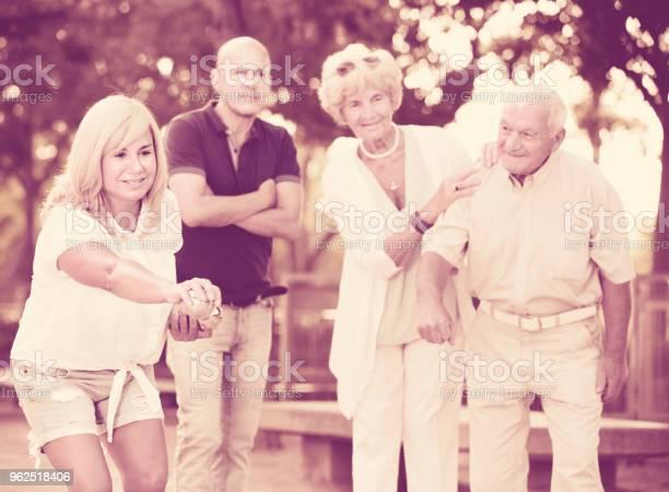 Foto de Família Feliz Jogando Petanca No Exterior e mais fotos de stock de Adulto