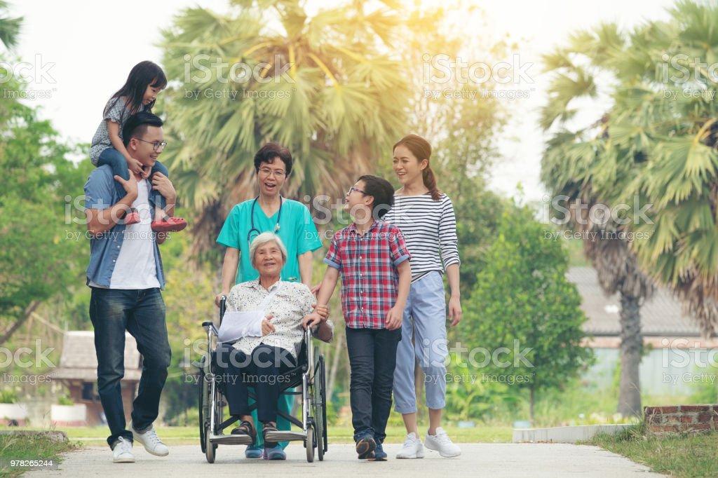 Glückliche Familie posiert im Park an einem sonnigen Tag, Großfamilie entspannen im freien Lächeln – Foto