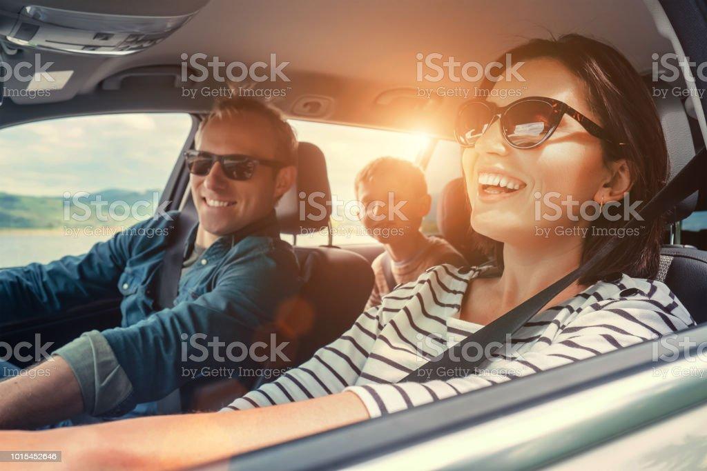 Glückliche Familie fahren im Auto – Foto