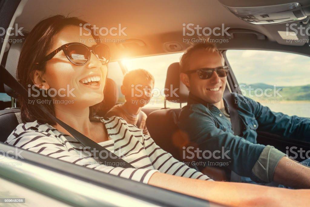 幸せな家族が車に乗ってください。 ストックフォト