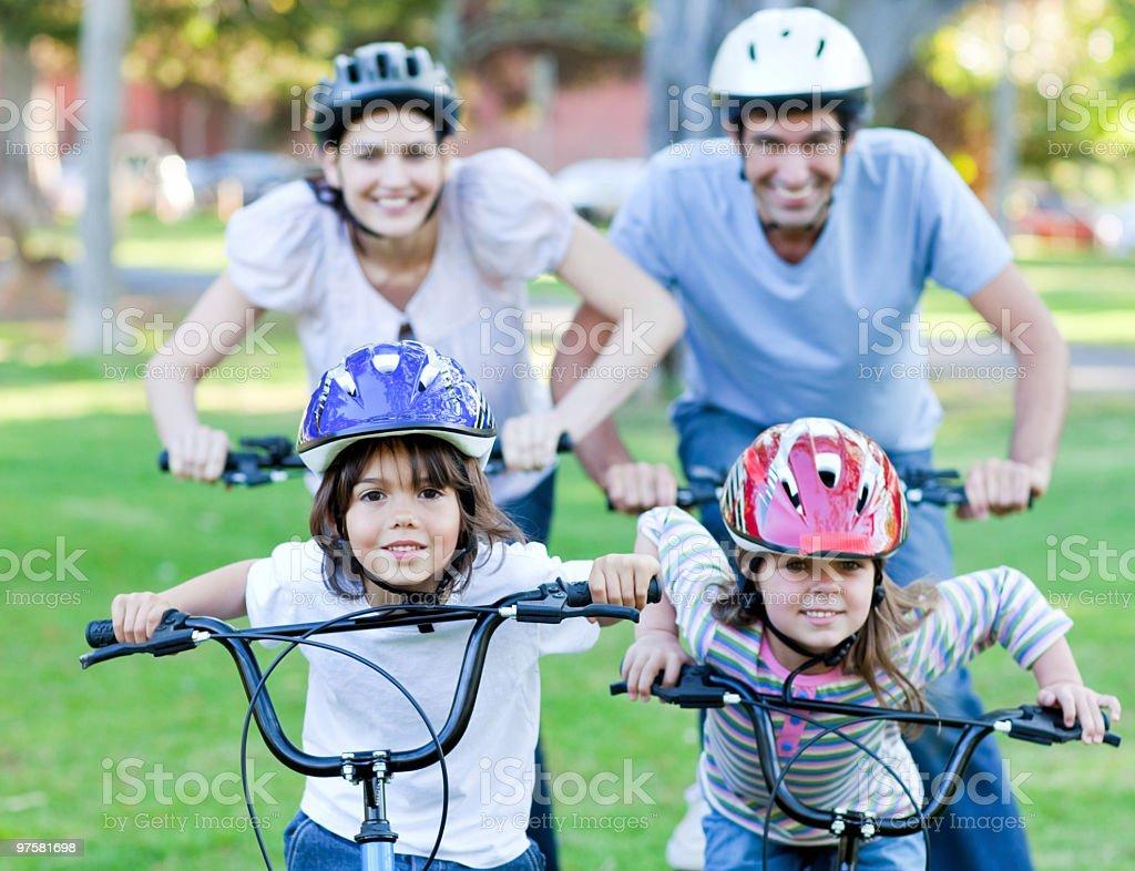 Une famille heureuse vélo équitation photo libre de droits