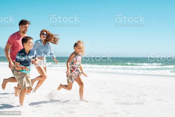 Happy family running on beach picture id1137373430?b=1&k=6&m=1137373430&s=612x612&h=b4lfnk1ujushr49nj1insak 1rfhzpbl ck0molafyc=