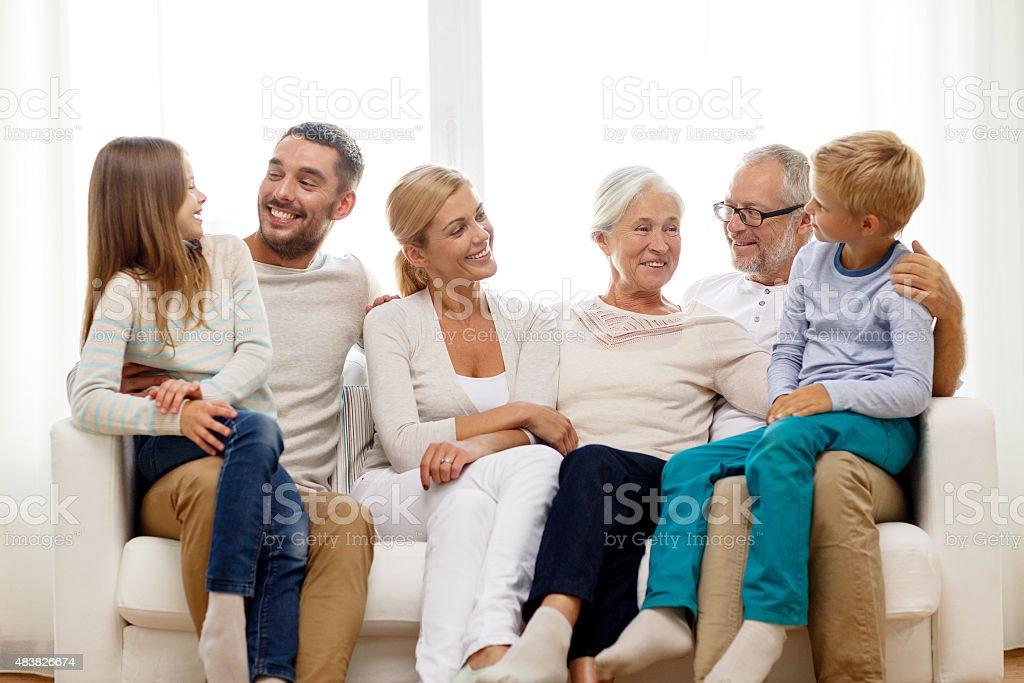 Glückliche Familie sitzen auf der couch zu Hause Lizenzfreies stock-foto