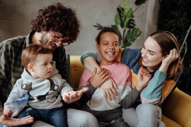 Glückliche Familie sitzt auf der Couch – Foto