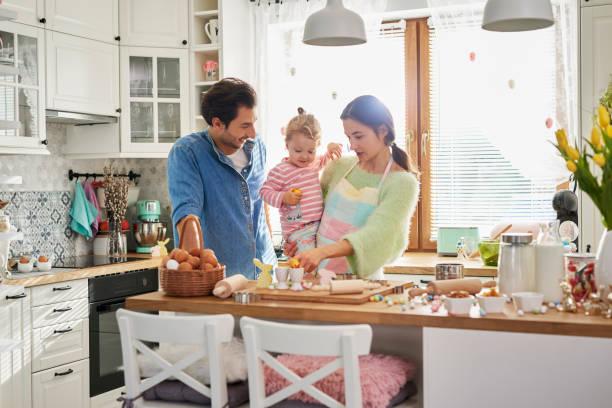 Glückliche Familie verbringt Ostern zusammen in der Küche – Foto