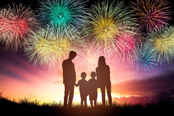 happy family standing and watching the fireworks - family 4th of july zdjęcia i obrazy z banku zdjęć