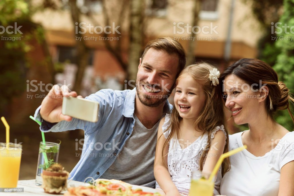 Famille heureuse en prenant un selfie - Photo