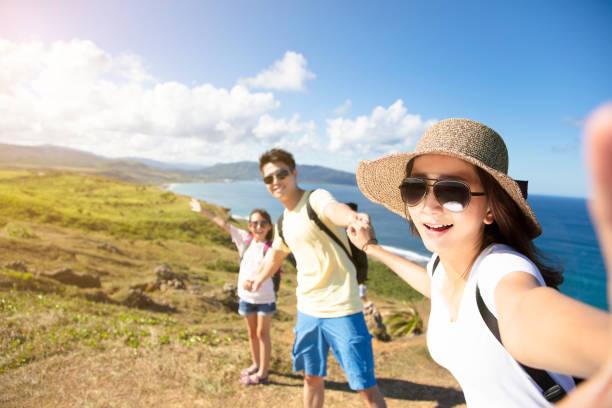 glückliche familie nehmen selfie an der küste - asienreise stock-fotos und bilder