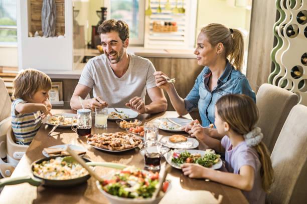 Fröhliche Familienreden während der Mittagszeit im Speisesaal. – Foto